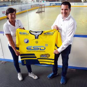 Jutta und Axel Kammermeier von der ESD Dienstleistungsgruppe präsentieren das gelbe Auswärtstrikot