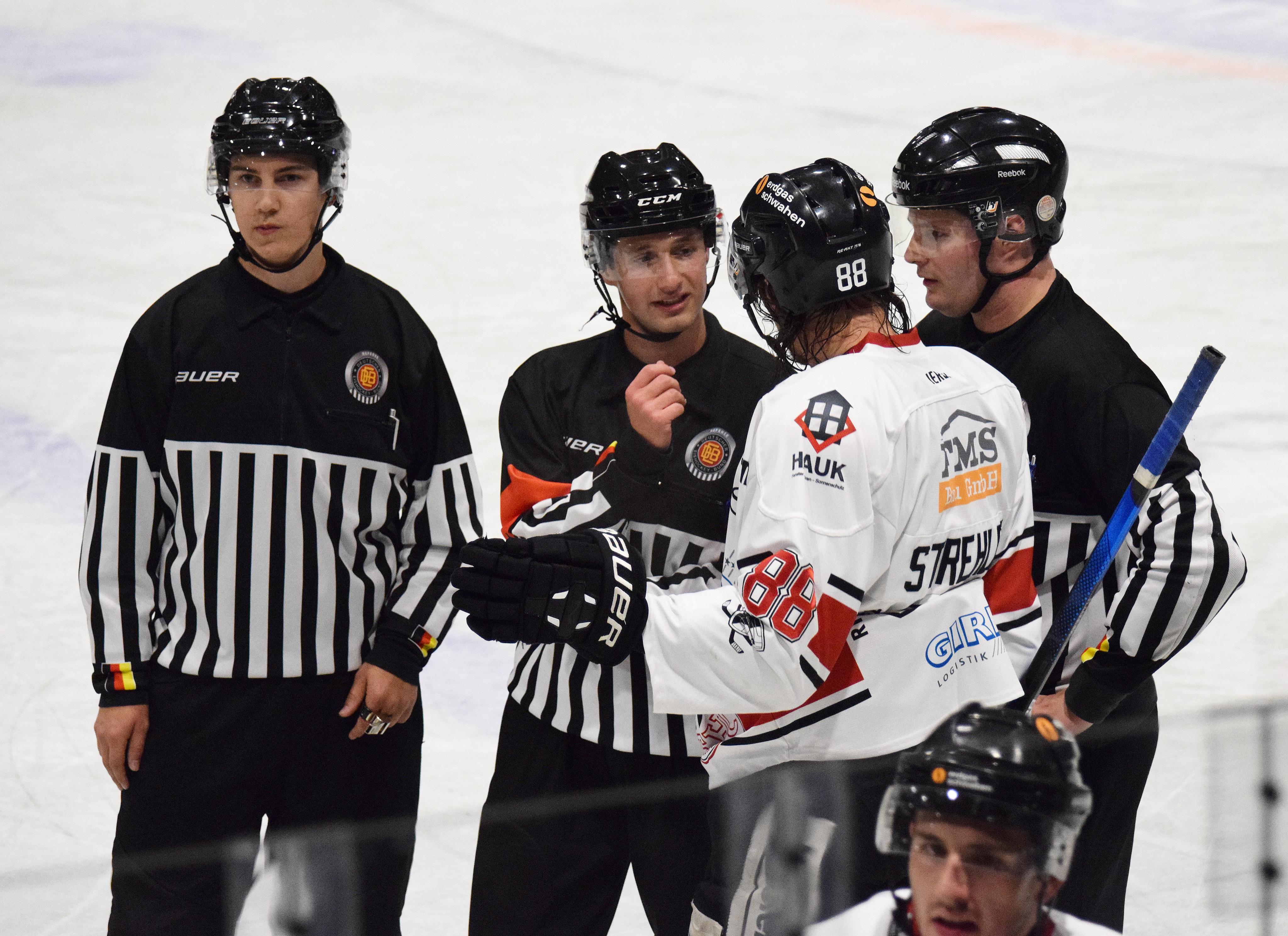 Viel Diskussionsbedarf gab es von beiden Teams mit dem Schiedsrichtergespann gegen den EHC Königsbrunn